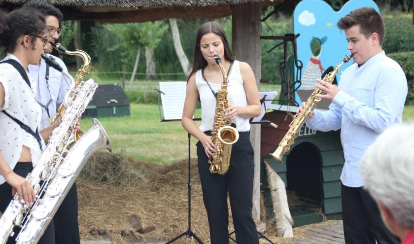 Naast de hooiberg van het Boerderijmuseum in Oldebroek speelde het Maat Saxofoonkwartet. (Foto: Dick Baas)