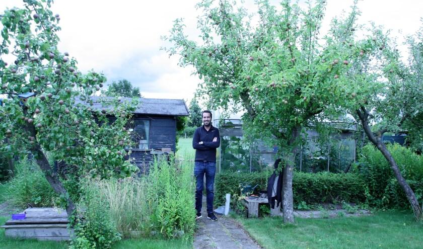 Tussen de oude appelbomen geniet Jeroen van de resultaten van het harde werken. FOTO: Astrid van Walsem