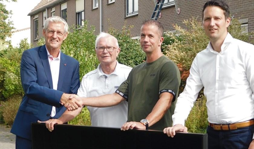 Ben Pluimer (links), directeur-bestuurder van HW Wonen overhandigde het eerste van een serie van meer dan 400 zonnepanelen aan één van de huurders van de Boomgaard. Namens het Huurdersplatform was dhr. J. Verweij aanwezig en Daniël Lodders, directeur van de Saman Groep.