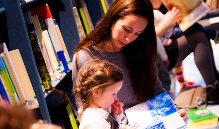 Tijdens dit uurtje wordt er voorgelezen aan baby's, dreumesen, peuters en hun ouders.