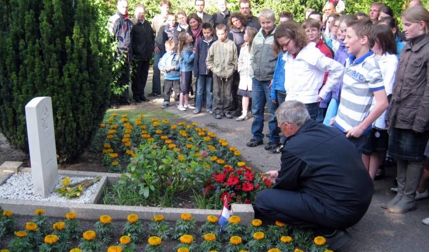 Het graf van Frederick Wakeman is sinds 2012 geadopteerd door leerlingen van de Johannes Calvijnschool in Veenendaal. Deze foto is uit juni 2012 toen de leerlingen de plantjes mochten verzorgen. (Foto: archief Sjoerd de Jong)