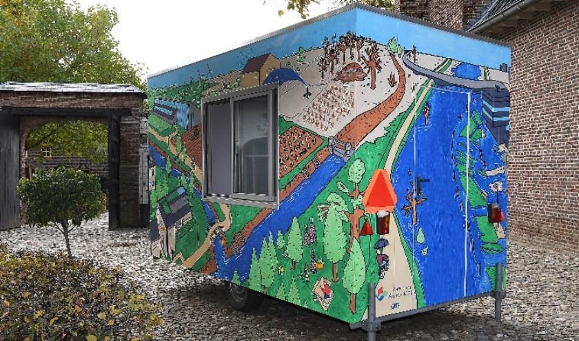 Klimaatwagen Kate is een keet die voorzien is van illustraties van kunstenaar Sem Kuipers die de klimaatuitdagingen laten zien waar we nu mee te maken hebben.