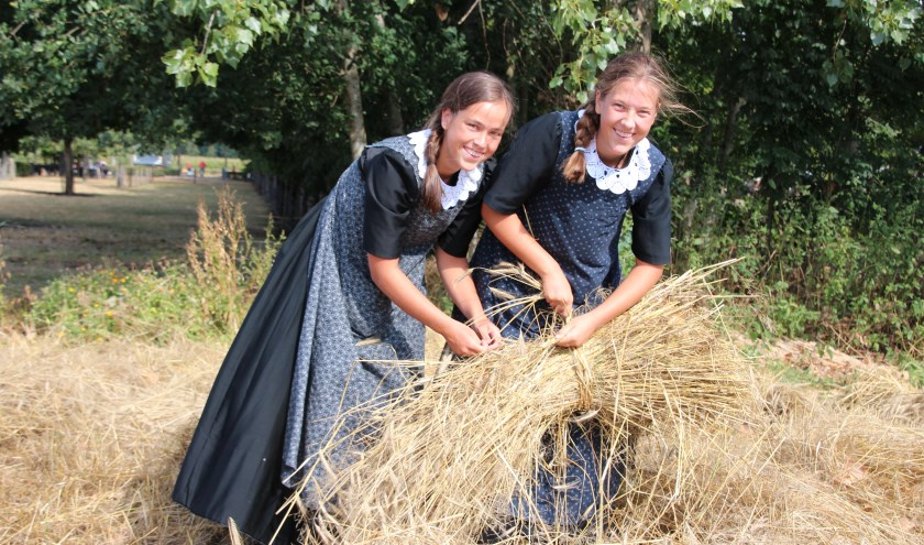 Ruim 120 vrijwilligers van het Boerderijmuseum hullen zich met veel plezier in Veluwse klederdracht. (Foto: Janneke van Boven)