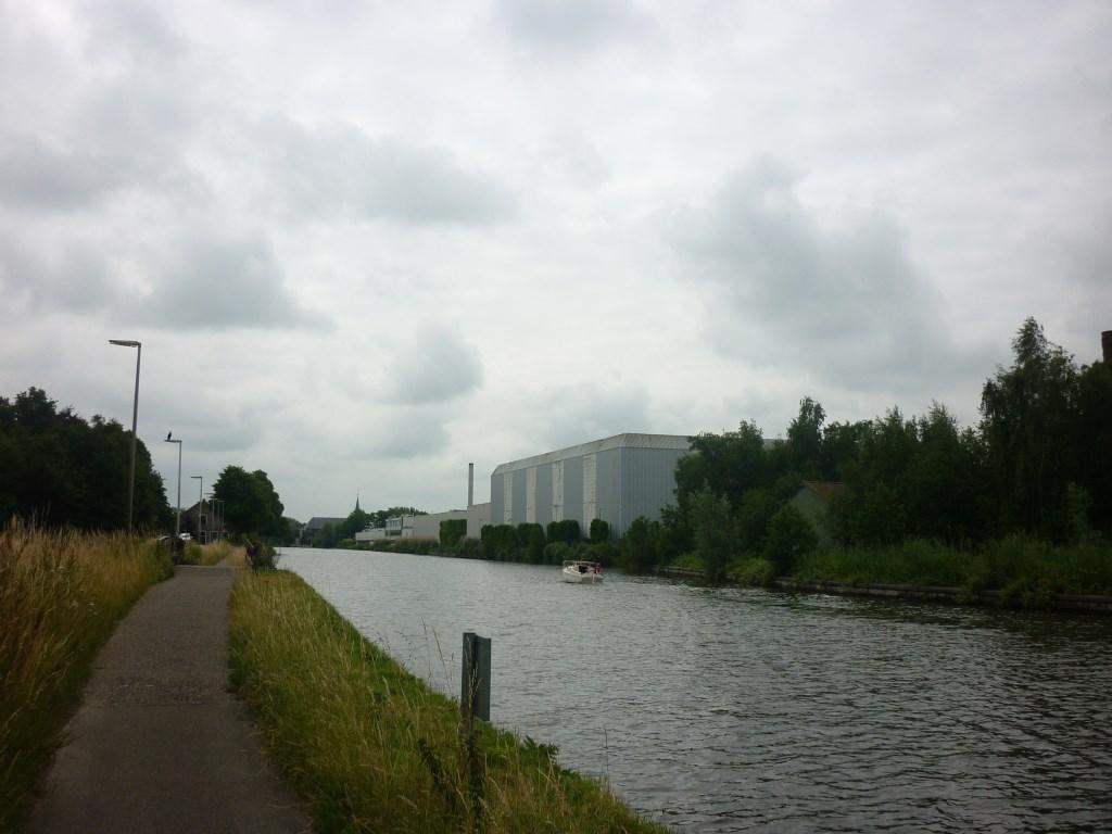 """De Rijn tussen Alphen en Leiden. """"Helaas niet het mooiste stukje,"""" lacht Hendriksma.  © Persgroep"""