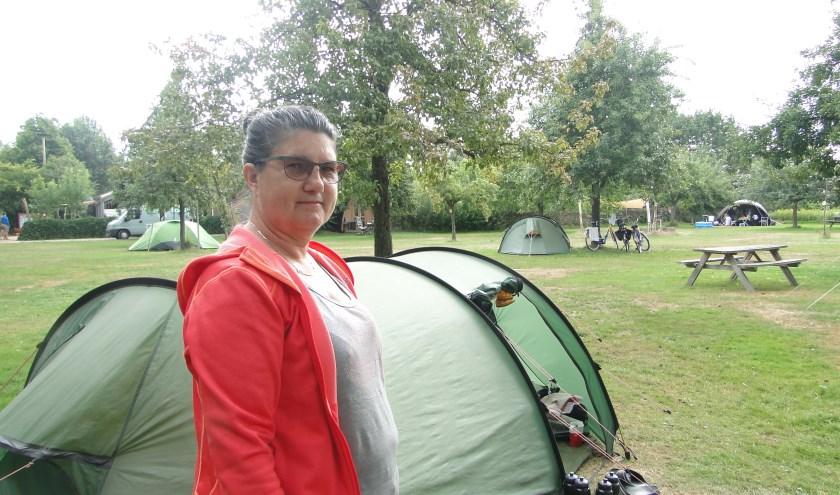 Marlies Stouthard bij de tent op camping De Haverkamp