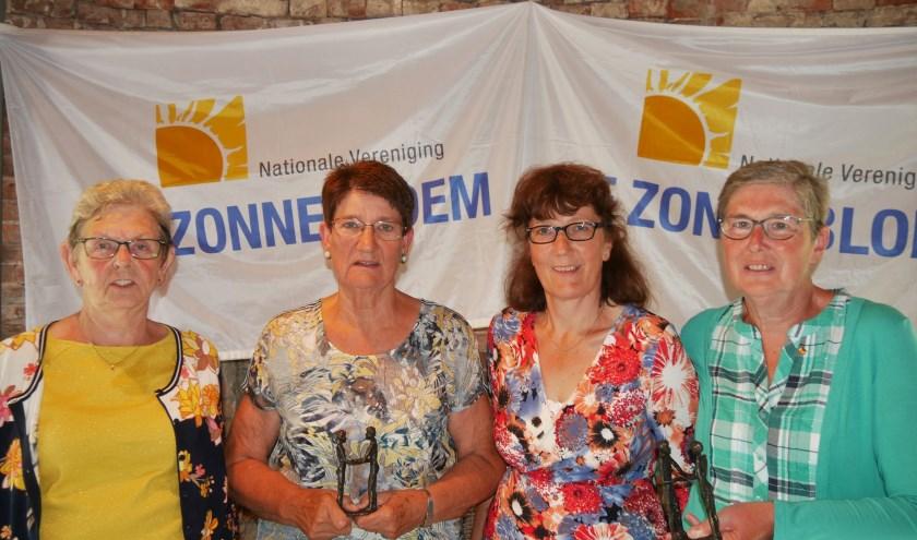 De jubilarissen van Zonnebloem: Nelleke van Etten-van der Dussen en Francien de Been-Langermans (10 jaar vrijwilliger) en Corrie Gademan-van der Weem en Elly Thijssen-Verschuren (25 jaar vrijwilliger).