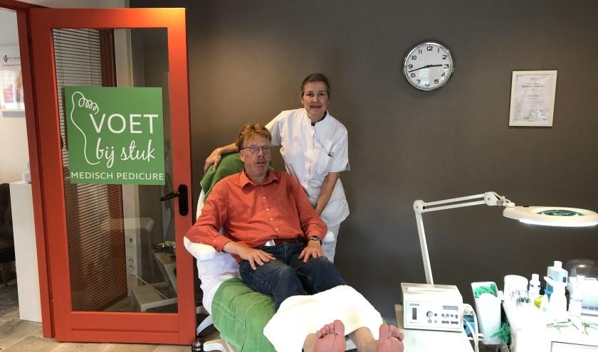 Casper Roemers laat na ruim 1800 km in 80 dagen zijn voeten professioneel verzorgen door Kirsten van Hattem.(Foto: Van Hattem)