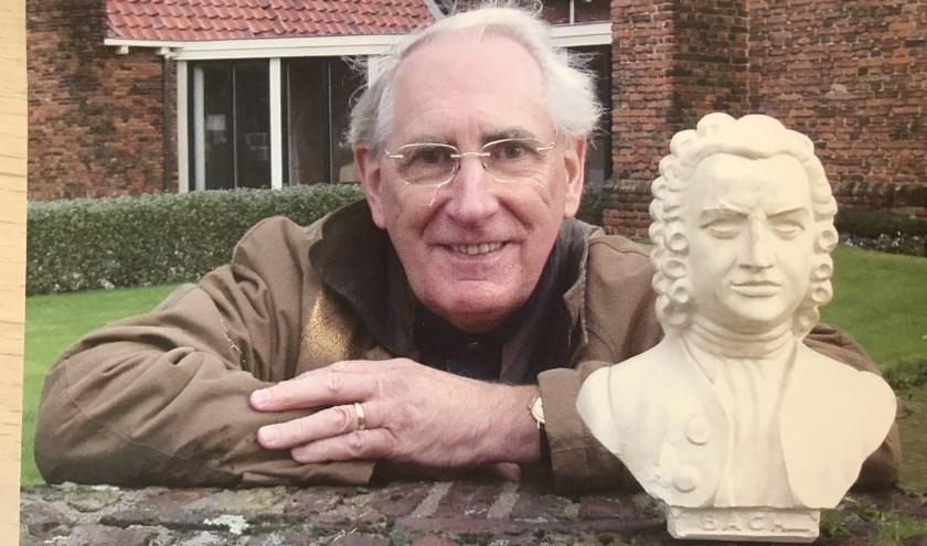 Gerard Bal naast het beeld van Bach