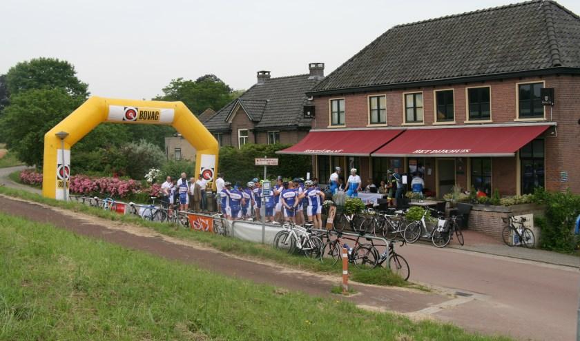 Start bij het Dijkhuis in Ophemert (foto: Leen Boltjes)
