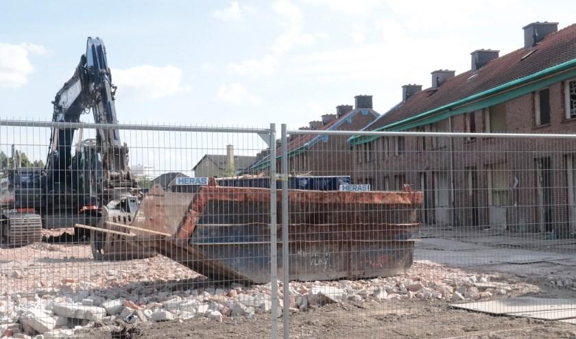 De huizen worden gesloopt aan de Gelddijk te Culemborg voor nieuwe hedendaagse huizen.