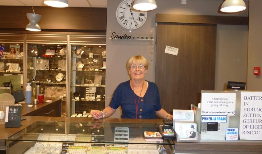 Hanny Sanders achter de toonbank in haar winkel. 1 maart stopt ze met de zaak.