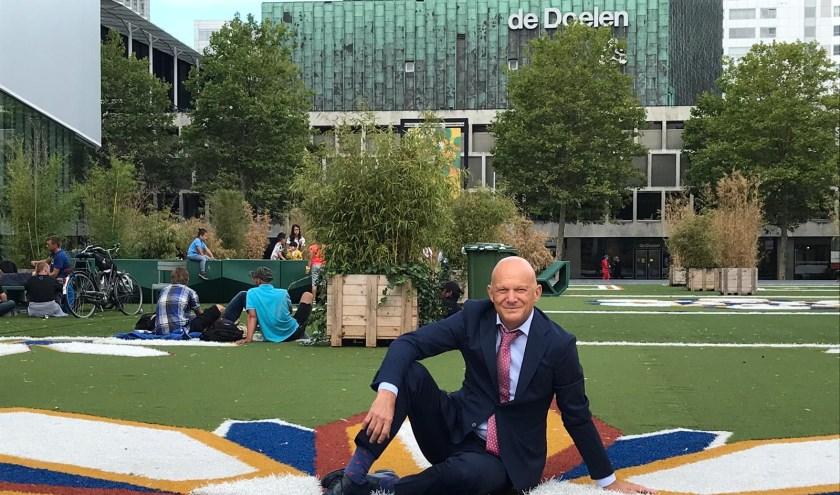 Wethouder Bert Wijbenga op het Schouwburgplein: 'Het plein is mijn favoriete plek in de stad. En dat gras blijft.'