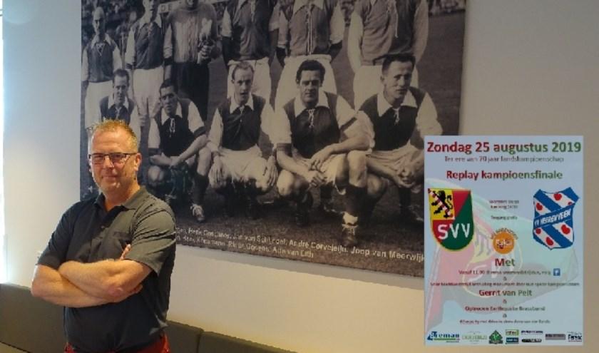 Voorzitter Edwin Suttorp steekt niet onder stoelen of banken trots te zijn op de historie van SVV. En op de replay van de in 1949 gewonnen wedstrijd om de landstitel tegen Heerenveen. (Foto: Persgroep/gav)