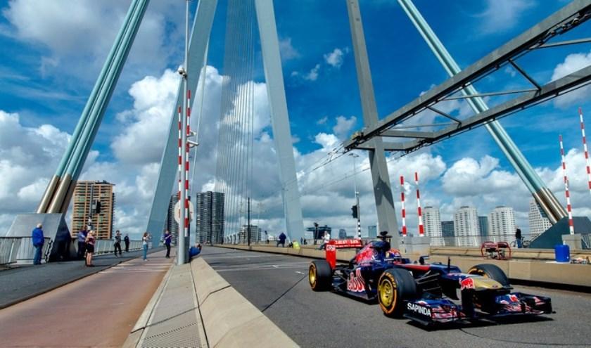 Max Verstappen op de Erasmusbrug. Niet tíjdens de Bavaria City Race, maar ter promotie ervan.