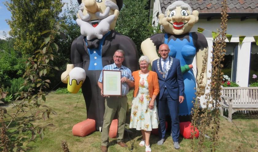 Coos en Gina samen met locoburgemeester Hans Marchal in de tuin. Twee grote opblaaspoppen decoreerden het jubilerende paar. Foto en tekst: John Beringen