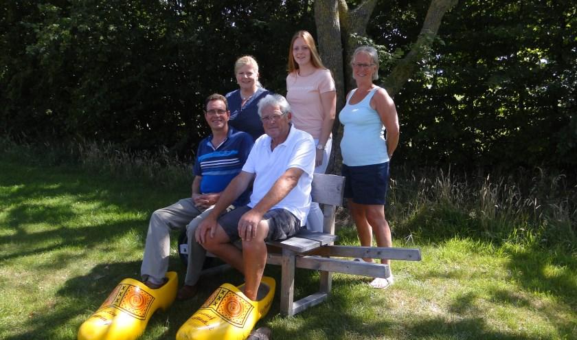 Team en gasten van camping Lieftink. Staand v.l.n.r. Ada Lute, Janine en Gerda Welbergen, zittend  Erik Welbergen (links) en  Ted Lute