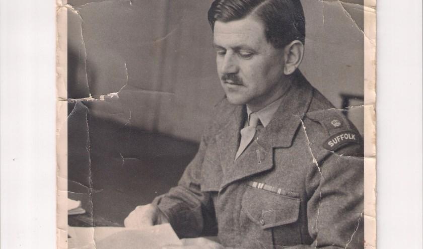Wie kent de Britse kapitein John Calder? Zijn zoon Tony is op zoek naar de redder van zijn vader in WOII. (eigen foto familie Calder)