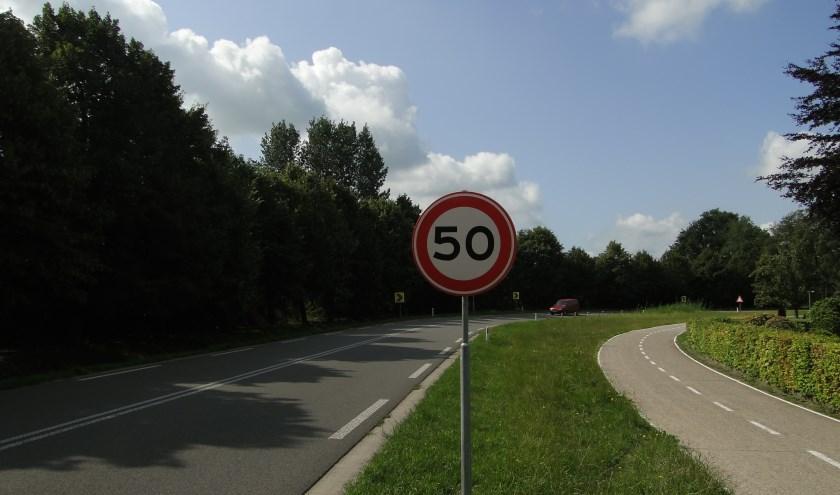 Het punt tussen Kootwijkerbroek en Barneveld, waar veel auto's de bocht uitvliegen. Je mag hier maximaal vijftig kilometer per uur.