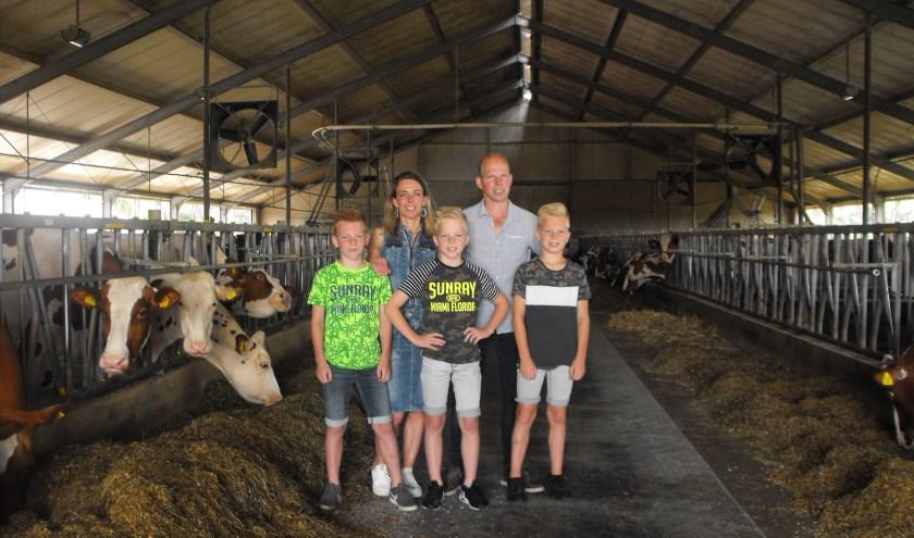 De familie Blanckenborg in de stal van de koeien. De agrarische onderneming doet mee aan De Boer Op.
