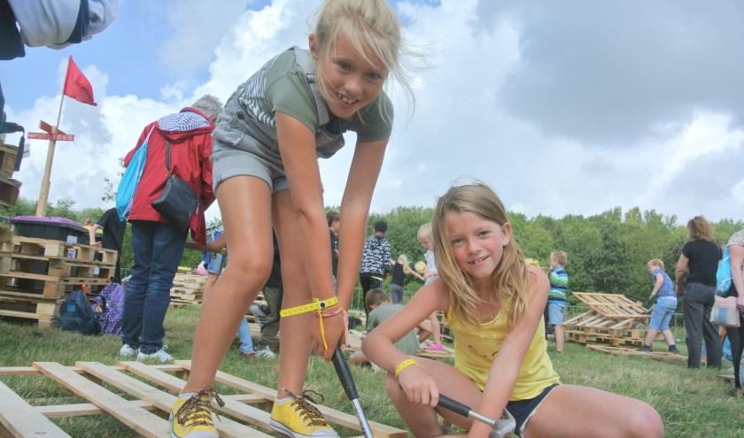 Jill(L) en Lisette(R) hopen dat ze uiteindelijk mogen slapen in hun zelfgebouwde hut. foto: Patricia van den Blink