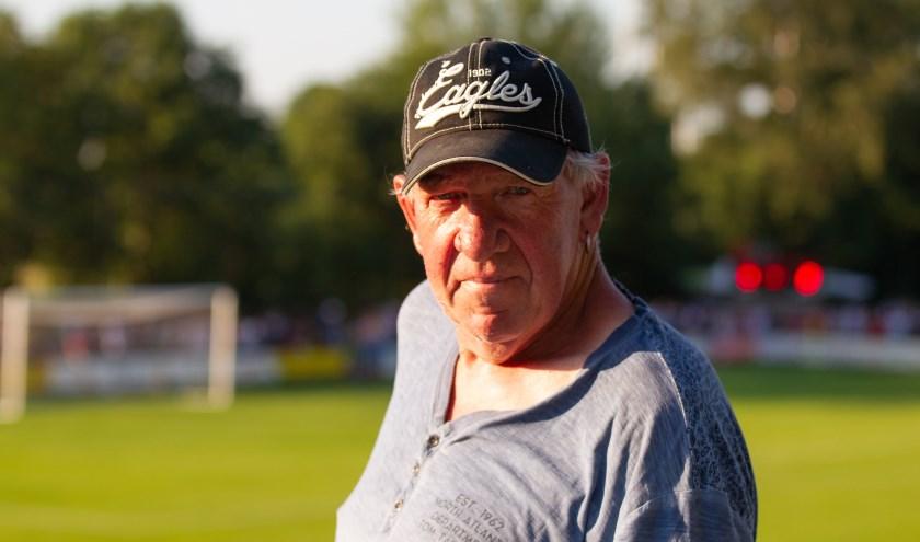 """Otto Bouwmeester (66) is één van de vele metselhelden van de stadionmuur. ,,Dit is echt een teamprestatie."""""""