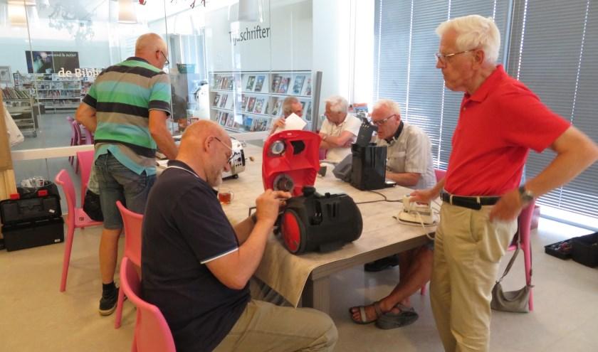 Het Repair Café Oudewater zoekt versterking door meer vrijwilligers om de grote toeloop aan te kunnen. ''We willen graag iedereen goed kunnen helpen.''(Foto: PR Wim van Rooijen)Foto: PR Wim van Rooijen