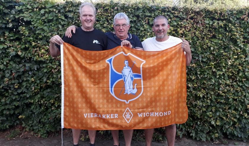 """V.l.n.r. Evert Rozendaal, Wim Dijkstra en Roy Weetink. """"Hoe mooi is het als het hele dorp met de kermis de vlag uithangt."""" (foto: Ceciel Bremer)"""