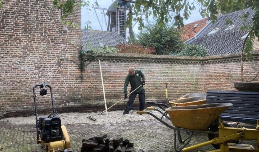 Binnenplaats fleurt op met 'beetje hulp' - Veluws Nieuws
