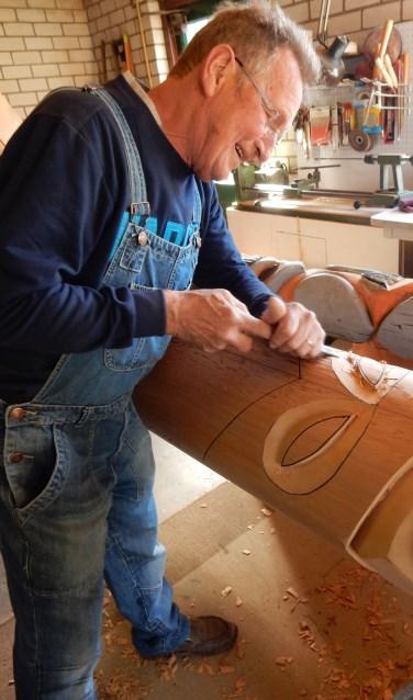 Wim van Eijndhoven werkt aan de vernieuwde totempaal  | Fotonummer: 44fddd