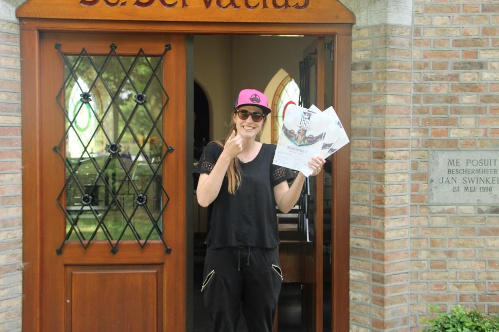 Celine met de tickets bij de Sint Servatiuskapel in Lieshout  © deMooiLaarbeekkrant