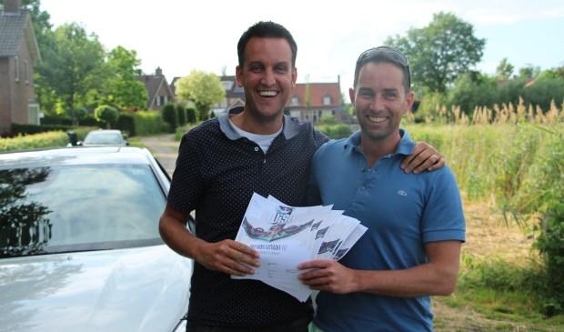 Rik en Jeroen met de gewonnen tickets nabij het WiSH terrein in Beek en Donk  | Fotonummer: dd157e