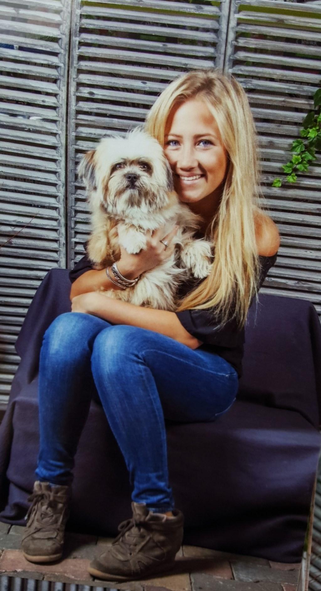 Een leuke foto met mijn lieve hond Chello, die bijna 2 jaar wordt (Naomi Martens)  © deMooiLaarbeekkrant