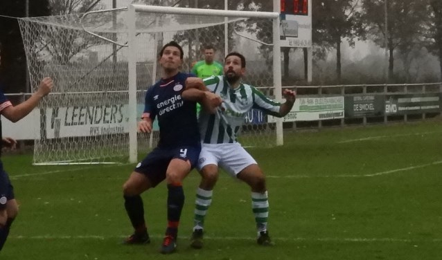 Elco van Schijndel in duel met een verdediger van PSV av  | Fotonummer: c5e5dc