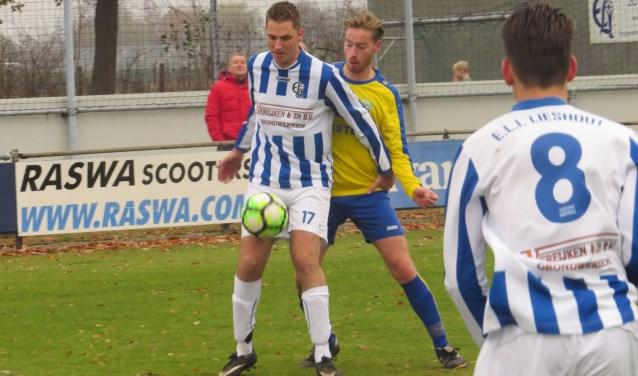 Roel Donkers schermt de bal af tegen de aandringende Tom van den Bogaard. Niels den Bol (8) kijkt toe  | Fotonummer: 644547