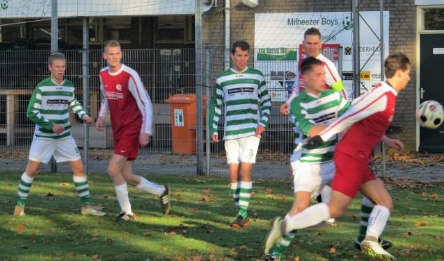 Ruben van Hoof schermt de bal af. Aanvoerder Roel Donkers en tweevoudig schutter Stijn Donkers kijken toe  | Fotonummer: d7ec3a