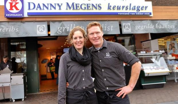 Danny en Daniëlla Megens voor de slagerij op de Woenselse Markt in Eindhoven (archief)    | Fotonummer: 5f3026