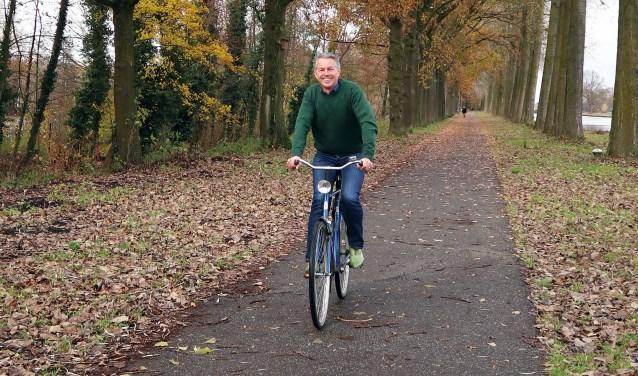 P. Skauwe (Pierre Heesakkers) op zijn blauwe fiets, die als rode draad door de columns liep   | Fotonummer: dcf3c2