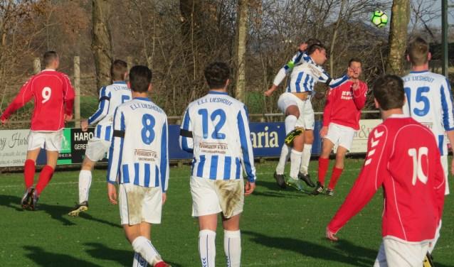 Drukte in het doelgebied van ELI. Frank van Berlo wint het luchtduel. Patrick Swinkels (5), Niels den Bol (8), Harm Hazenveld (12) en Stijn Donkers (15) kijken toe  | Fotonummer: 8b4196