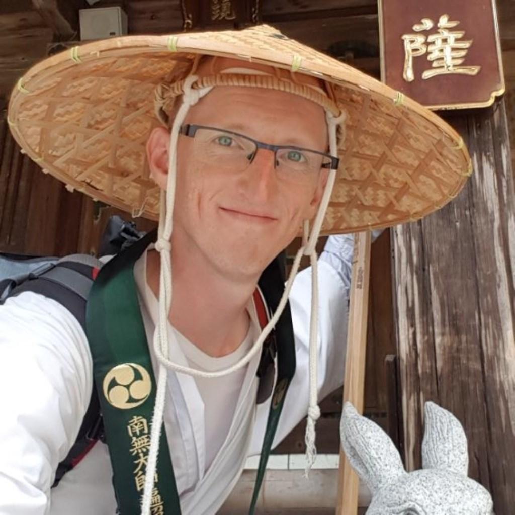 Steven bij tempel 81 (van de 88 op de pelgrimsroute), bij een hal voor 'Manjusri'; de beschermheilige van studenten en kalligrafen (zoals Steven), en in het bijzonder voor mensen uit het Jaar van het Konijn (ook zoals Steven).  © deMooiLaarbeekkrant