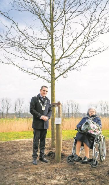 Burgemeester Van der Meijden en mevrouw Verhulst bij de boom  | Fotonummer: be278c