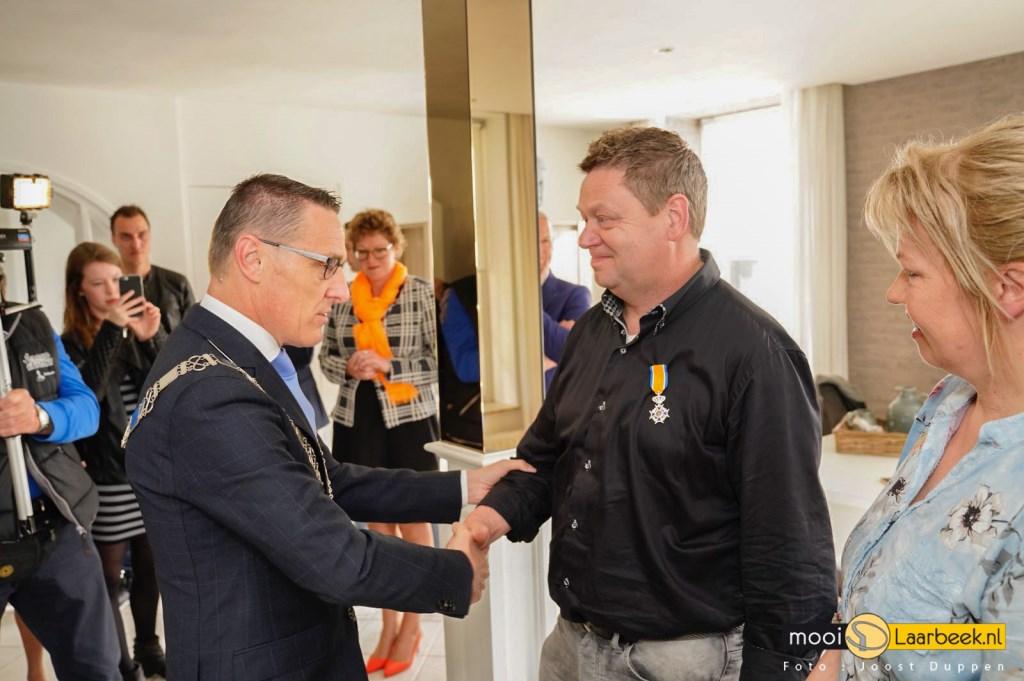 Frank van Esch wordt gefeliciteerd door Burgemeester Van der Meijden     Fotonummer: 899618