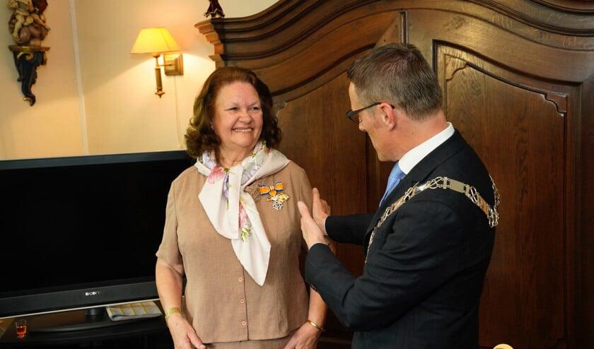 Henny de Leeuwe-Kleijngeld heeft het lintje opgespeld gekregen van burgemeester Frank van der Meijden   | Fotonummer: 1f78c9