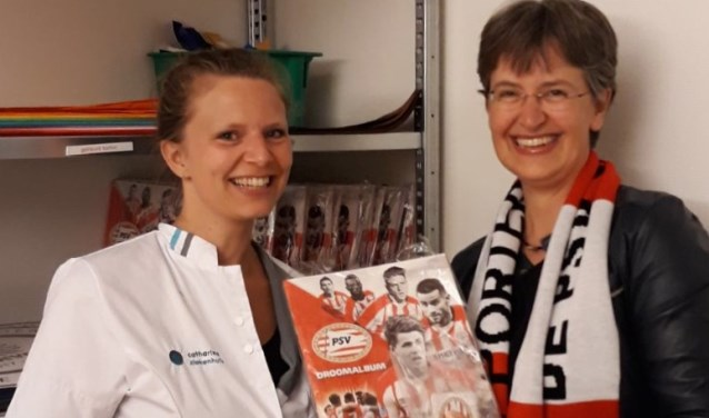 Gerdine Vereijken (r) overhandigt een droomalbum aan een medewerkster van het Catharina Ziekenhuis  | Fotonummer: 507fe3