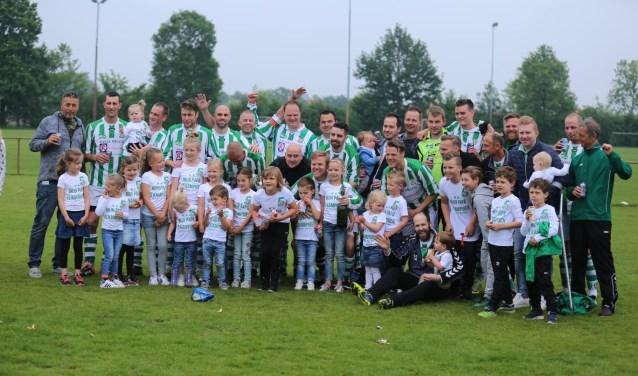 Het elftal van Sparta'25 5 werd voor het tweede achtereenvolgende seizoen kampioen  | Fotonummer: 99a1b6