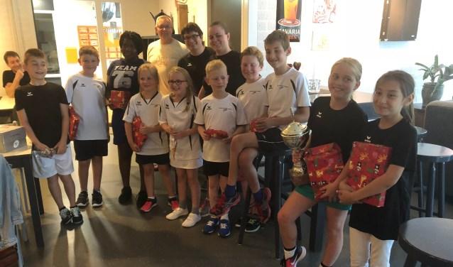 Jools van den Acker (met beker) tussen de andere deelnemers, na de prijsuitreiking    Fotonummer: 31c553