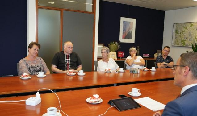 Burgemeester Frank van der Meijden (voorgrond) in gesprek met de werkgroep Leliestraat   | Fotonummer: 000939