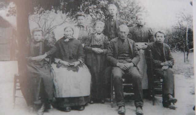Familiefoto: Peerke op de achterste rij in het midden Foto:  © deMooiLaarbeekkrant