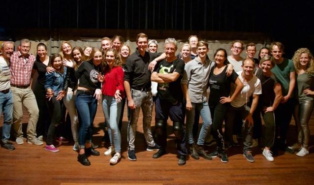 Jelle en Frans te midden van een deel van de cast   | Fotonummer: eef134