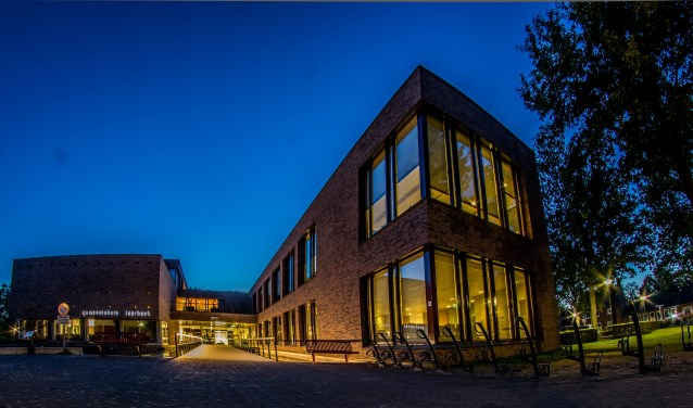 De parkeerplaats van het gemeentehuis is een van de locaties waar als eerste energiezuinige ledverlichting wordt aangebracht  | Fotonummer: 3a2143