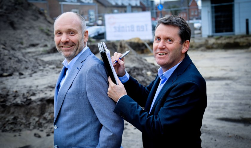 Pieter Michielsen (rechts, Rabobank Peel Noord) en Robert Hellings (links, projectontwikkelaar) op de bouwgrond van Mijnheer van Thiel   | Fotonummer: c7a2b4